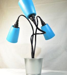Die ausgeschaltete Leuchte Swing3 in Blau individuell ausgerichtet in der Seitenansicht