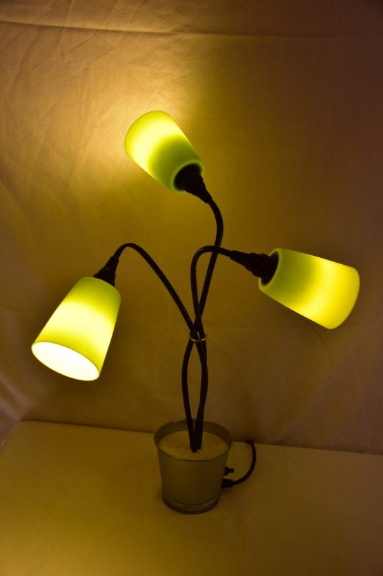 Die eingeschaltete Leuchte Swing3 in Gelb individuell ausgerichtet