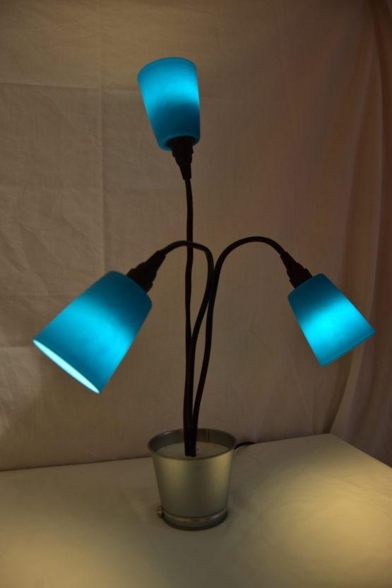 Die angeschaltete Leuchte Swing3 in Blau individuell ausgerichtet