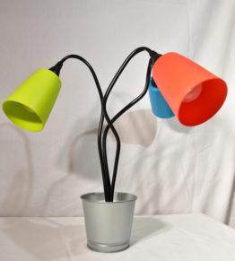 Die ausgeschaltete Leuchte Swing3 mit drei unterschiedlichen Farben in der Seitenansicht