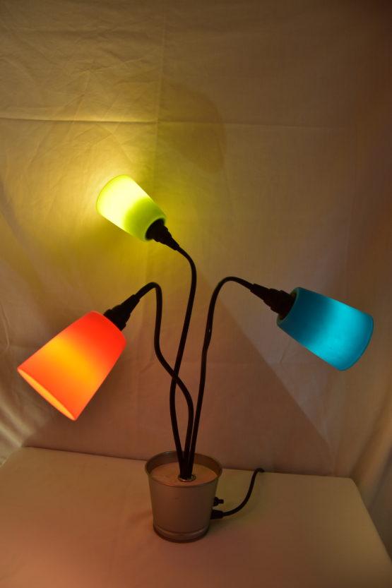 Die angeschaltete Leuchte Swing3 mit drei unterschiedlichen Farben individuell gedreht
