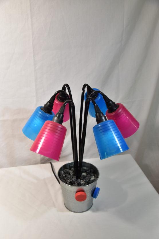Die Leuchte Swing5 ausgeschaltet mit hinterunterzeigenden Leuchten.