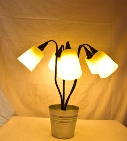 Die Leucht Swing5 angeschaltet mit gelbem Licht. Seitliche Ansicht.