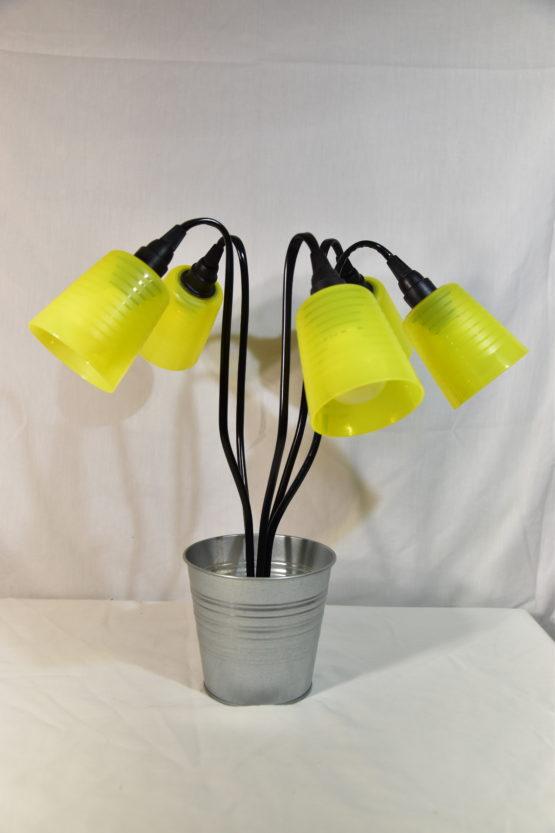 Die Leucht Swing5 ausgeschaltet mit gelben Bechern